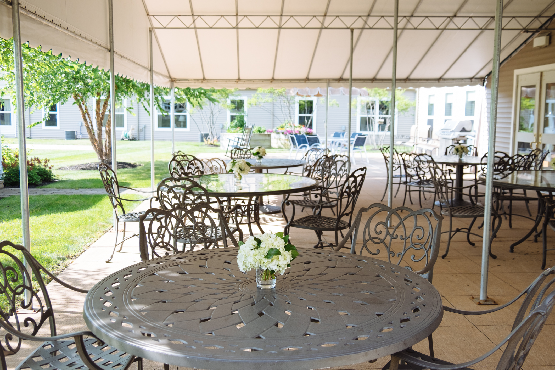 Hawthorne Ridge outside dining and seating area